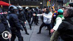 Enfrentamientos entre los independentistas y los Mossos en Barcelona.