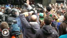 Enfrentamientos entre Mossos y manifestantes en la concentración de Barcelona.