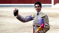 Fortes pasea la oreja conquistada en Las Ventas (Foto: Efe).