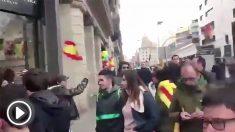 Un separatista pega un puñetazo a un niño por llevar la bandera española.