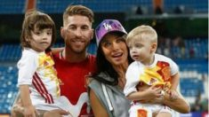 Pilar Rubio y Sergio Ramos posan junto a sus dos hijos tras un partido con España.