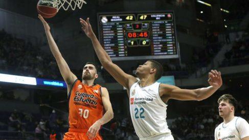 Edy Tavares fue el mejor del Real Madrid, en la remontada ante Valencia Basket (EFE).