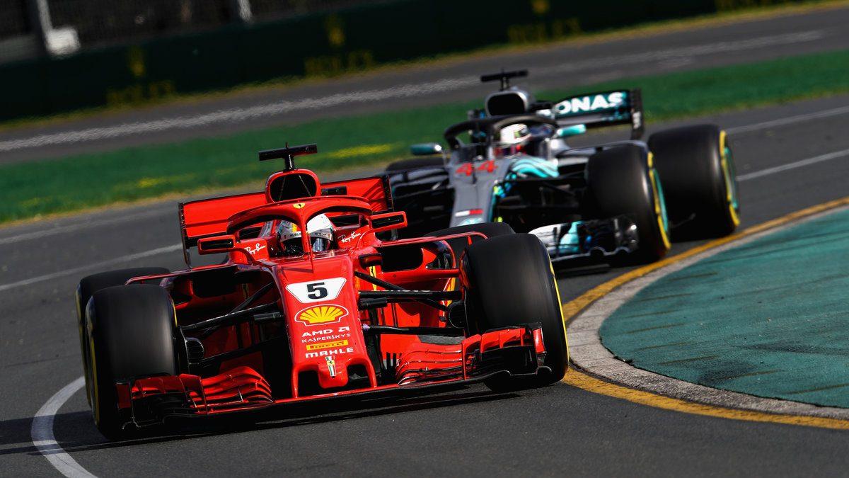 Sebastian Vettel por delante de Lewis Hamilton