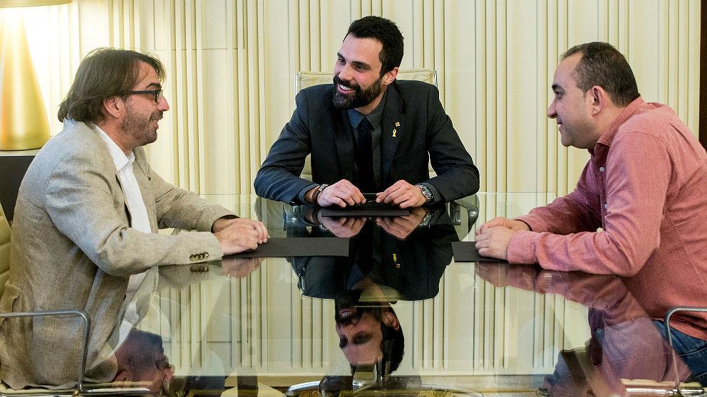 El líder de UGT en Cataluña, Camil Ros, Roger Torrent, y el líder catalán de CCOO, Javier Pacheco. (EFE)