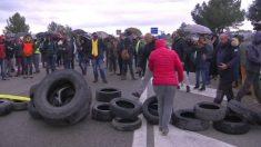 Grupos de Comités de Defensa de la República cortando una carretera ilegalmente.