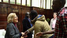 Manuela Carmena saludando a los inmigrantes senegaleses. (Foto. Madrid)