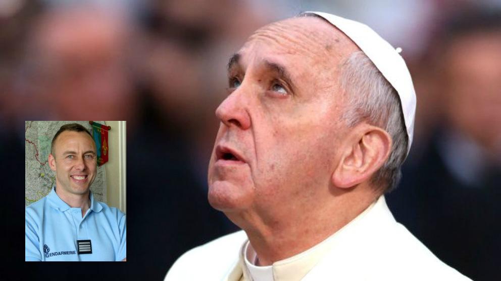 El Papa Francisco y Arnauld Beltrame, gendarme muerto en el atentado de Trèbes.