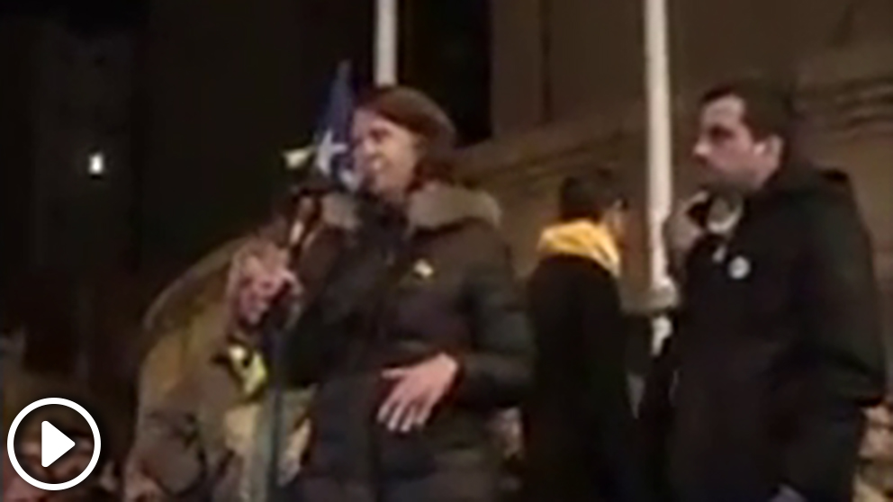 La alcaldesa de Gerona, Marta Madrenas, envalentonada el pasado viernes antes una multitud separatista (Vídeo: 'Dolça Catalunya')