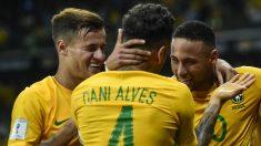 Alves, Coutinho y Neymar durante un partido de Brasil. (Getty)