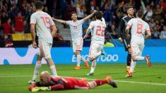 Isco y Asensio celebran el 2-0 de España. (EFE)