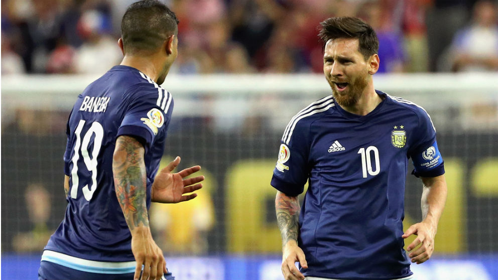 Banega y Messi durante un partido con Argentina. (Getty)