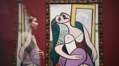 Una chica mirando una obra de Picasso (Foto. Getty)