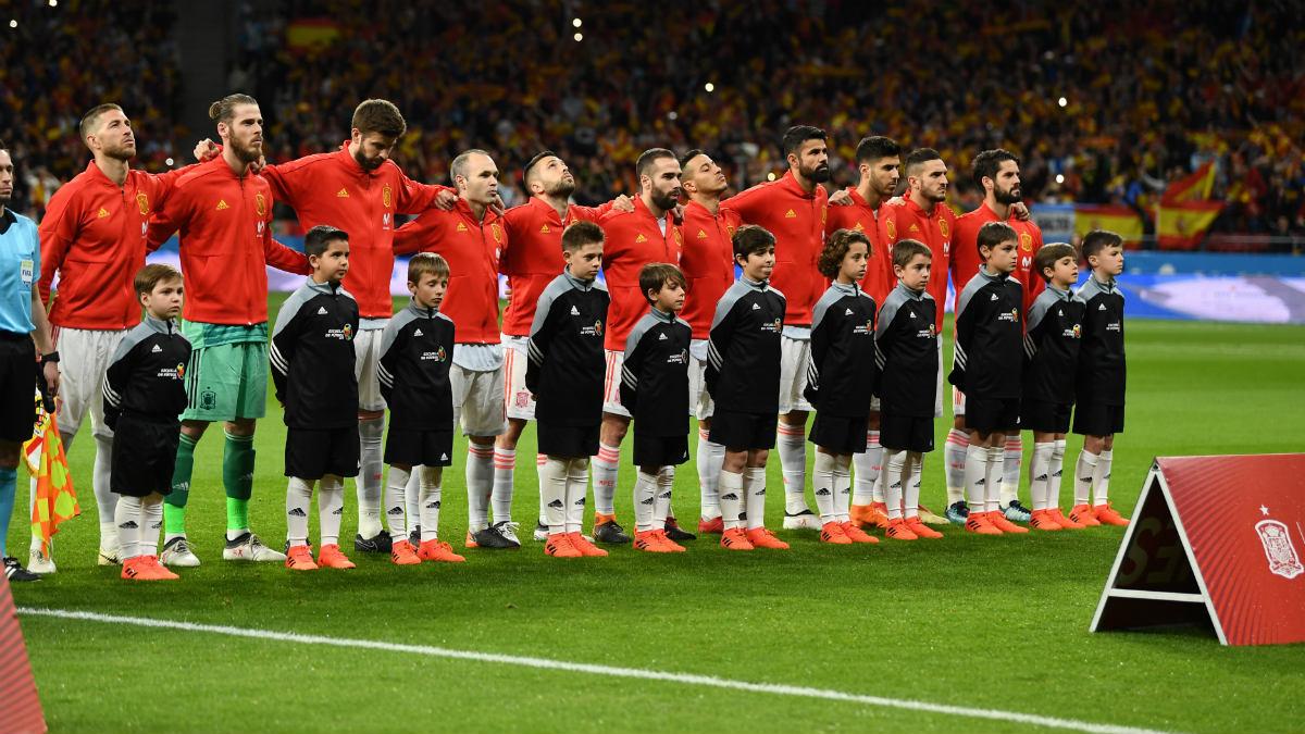 Los jugadores de la Selección escuchando el himno antes del inicio del partido. (Getty)