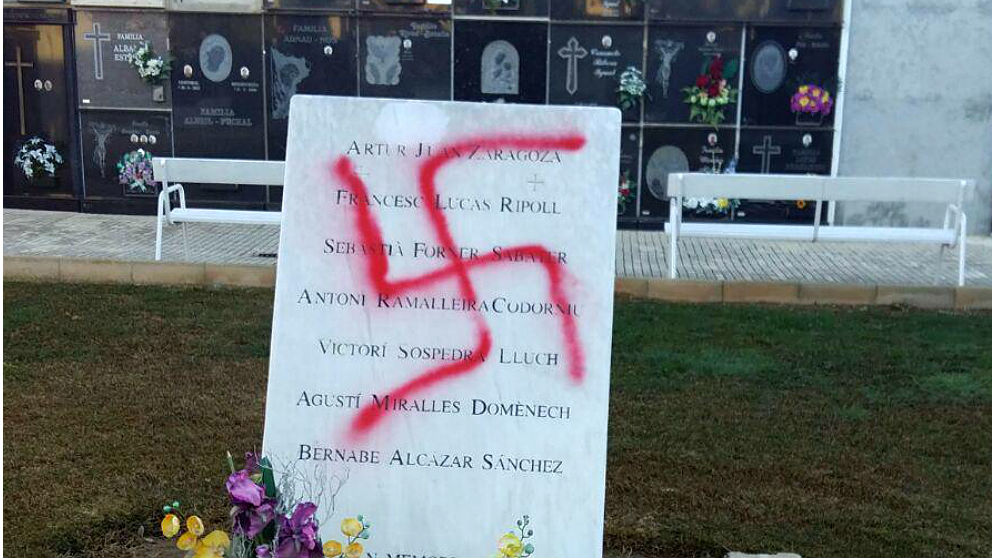 La esvástica pintada sobre el monumento a las víctimas de Mauthausen en el -cementerio de Vinaroz (Castellón).
