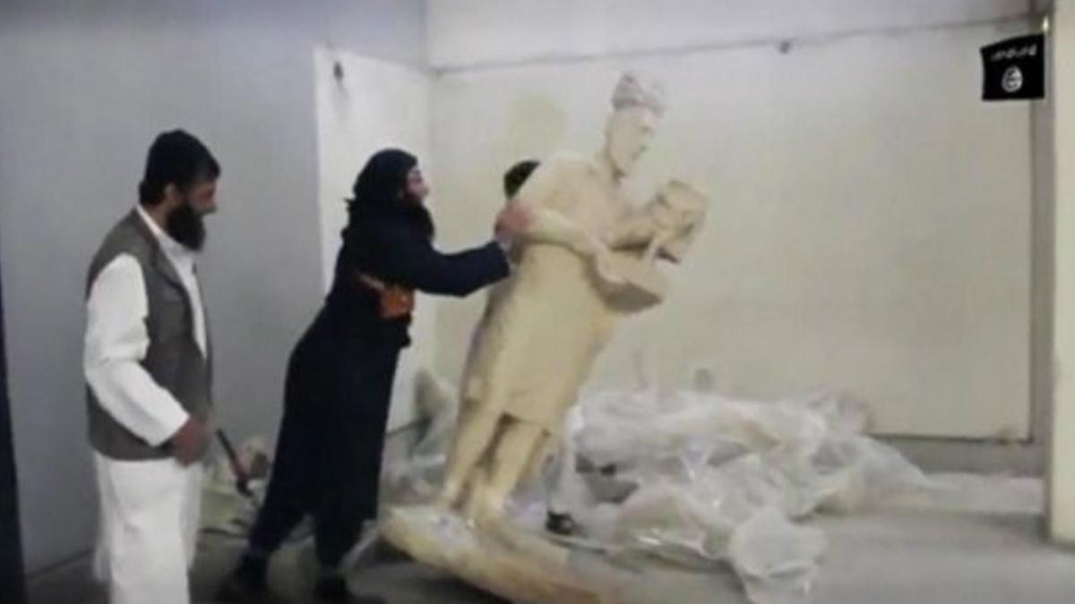 Dos miembros del Estado Islámico (ISIS) destruyen obras de arte del museo de Libia, donde expoliaron cientos de obras de arte.