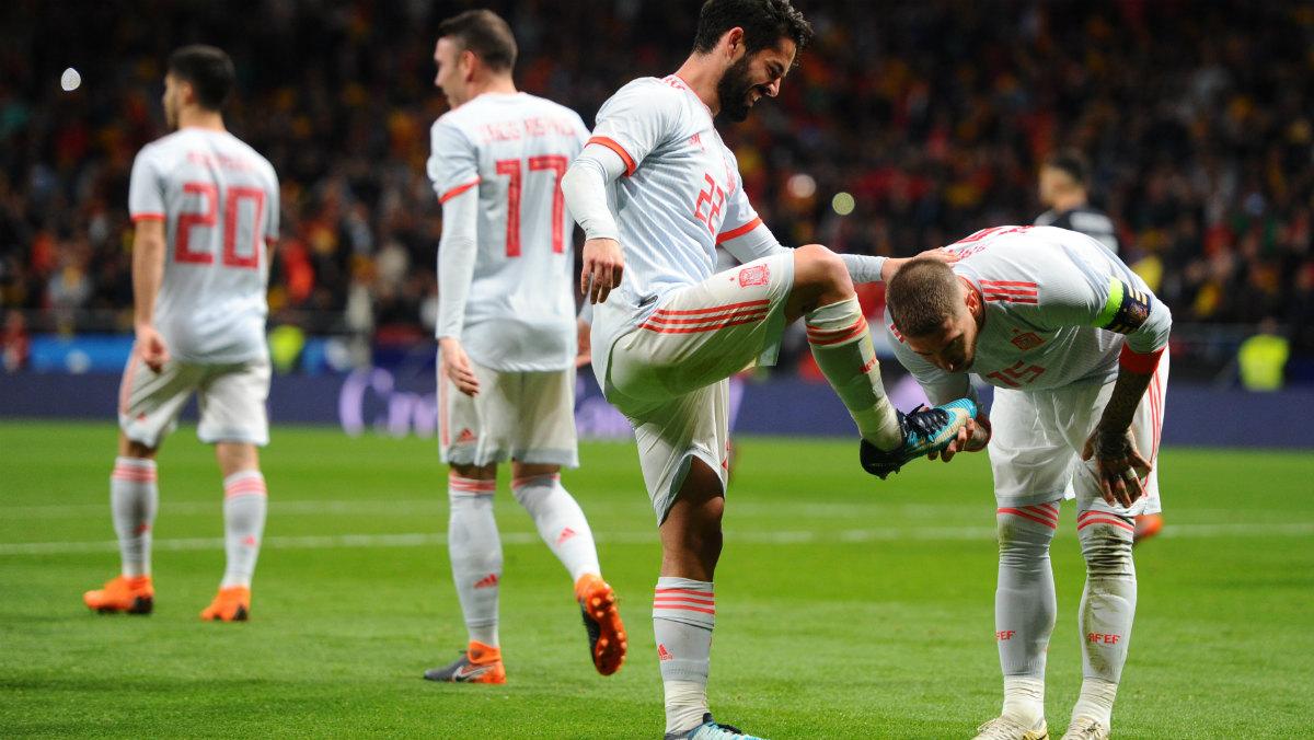 Sergio Ramos besa la bota de Isco tras un gol del malagueño. (Getty)