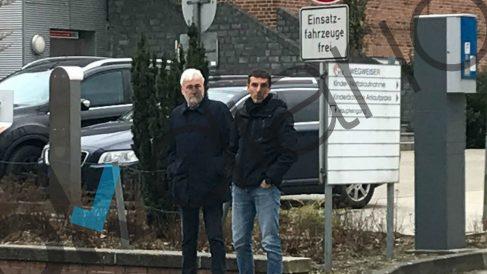 Josep María Matamala, amigo de Carles Puigdemont, junto a uno de los mossos que acompañaban al prófugo.  (Foto: OKDIARIO)