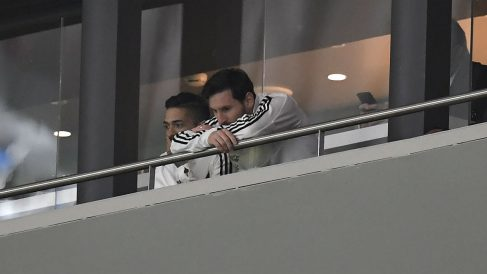 Leo Messi, entristecido en el palco del Metropolitano. (AFP)