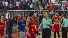 Los jugadores del UCAM Murcia no pudieron dar crédito a la actuación arbitral.