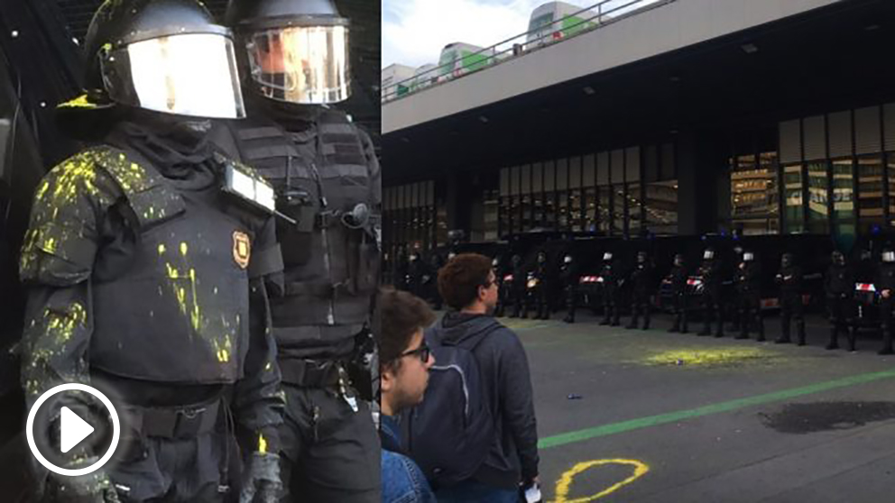 Lanzan pintura amarilla sobre los mossos que protegen la estación de Sants, en Barcelona. (Fotos. TW)