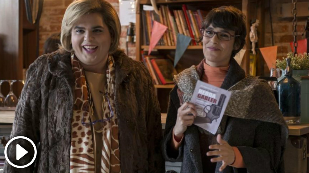 Paquita Salas, interpretada por Brays Efe, y Magüi, interpretada por Belén Cuesta, en una escena de la primera temporada de la serie disponible en Netflix.