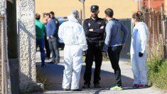 Agentes de la Policía Nacional ante la vivienda. (Foto: EFE)