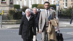 Clara Ponsatí y su abogado, Aamer Anwar. (Foto: AFP)