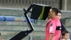 Un árbitro consulta el VAR en la liga italiana. (Getty Images)