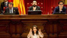 Inés Arrimadas interviene en el Parlament. Al fondo, el presidente de la cámara, Roger Torrent. (Foto: EFE)