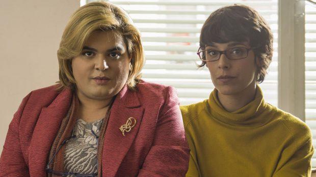 Paquita Salas, interpretada por Brays Efe, junto a su ayudante Magüi, interpretada por Belén Cuesta. Ambas son las protagonistas de la serie 'Paquita Salas'.