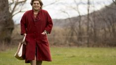 Brays Efe caracterizado como la representante de artistas 'Paquita Salas', que Netflix estrenará la segunda temporada en verano.