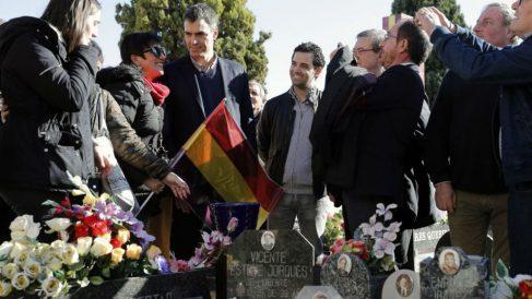 El líder del PSOE, Pedro Sánchez en el cementerio de Paterna (Foto:EFE)