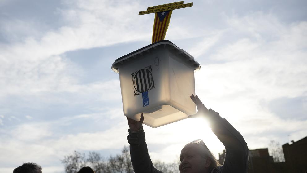 Una manifestante levanta una urna del referéndum ilegal en una manifestación. (Foto: AFP)