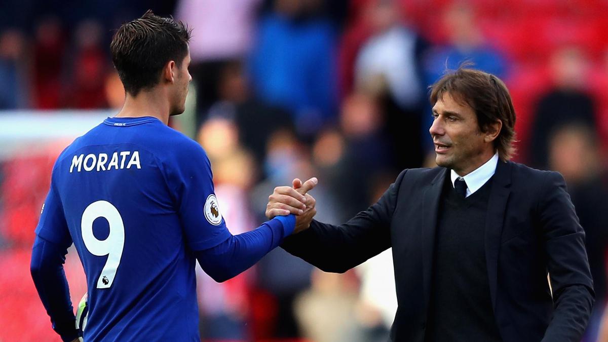Morata y Conte se saludan durante un partido del Chelsea (AFP).