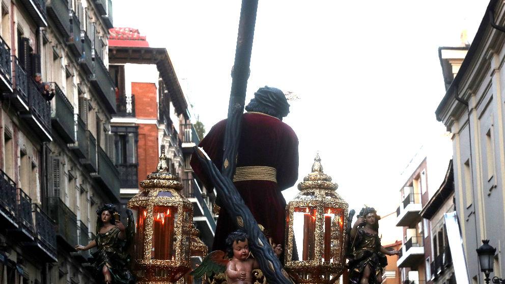 Imagen de cómo quedó la cruz tras chocar con un semáforo (Foto: Efe).