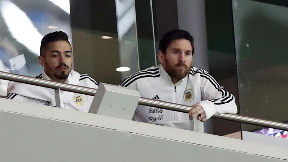 Messi, en el palco del Metropolitano, durante el España-Argentina. (EFE)
