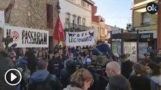 Decenas de personas han comenzado a congregarse a las 6 de la tarde con pancartas contra la presencia de la Legión.