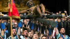 Los legionarios de la X Bandera del Tercio 'Alejandro Farnesio' IV de La Legión trasladan el Santísimo Cristo de la Buena Muerte y Ánimas 'Cristo de Mena' en Málaga. (Foto: EFE)
