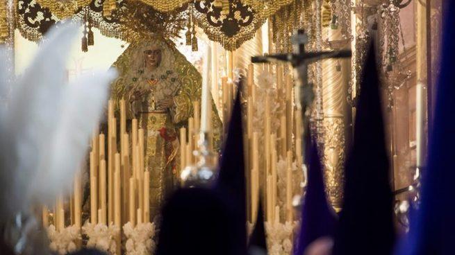 La Virgen de La Macarena sale de su Templo para efectuar su estación de Penitencia en la Madrugá, la noche grande de la Semana Santa de Sevilla.