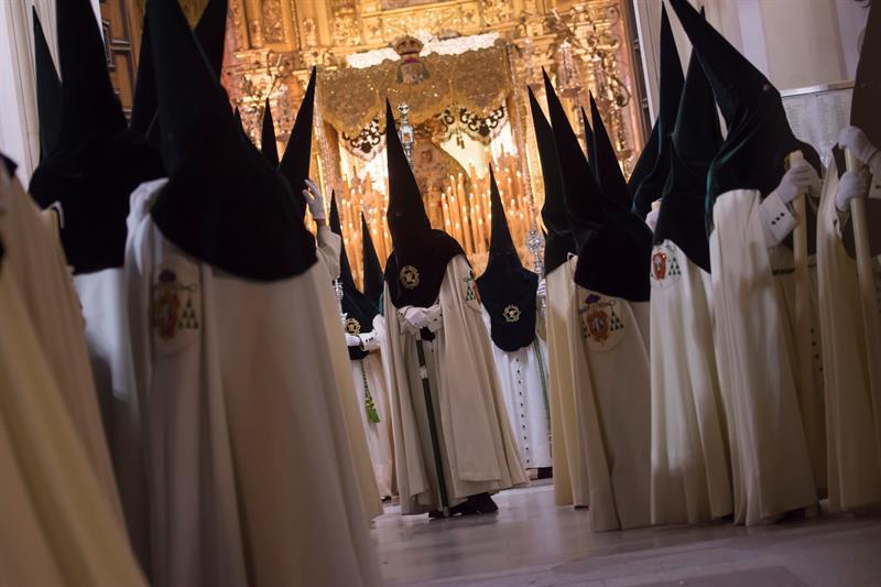 Nazarenos de la Hermandad de La Macarena saliendo de su Templo para efectuar su estación de Penitencia en la Madrugá, la noche grande de la Semana Santa de Sevilla. Foto: EFE