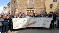Albert Boadella en Jafre, su pueblo, denunciando el acoso que reciben de los independentistas