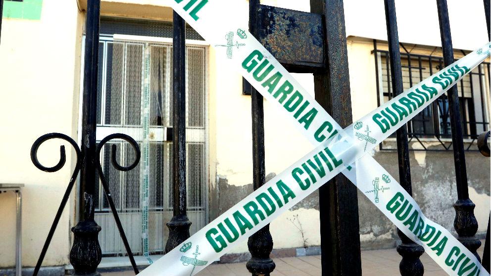 Vivienda precintada en la que encontraron a la mujer asesinada (Foto: Efe).