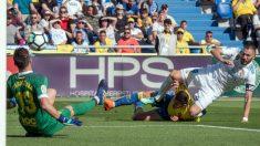 Benzema, en una de las ocasiones que falló ante Chichizola. (AFP)