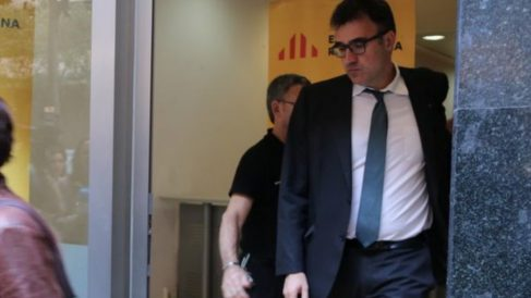El diputado de ERC, Lluís Salvadó, saliendo de la sede del partido republicano catalán.