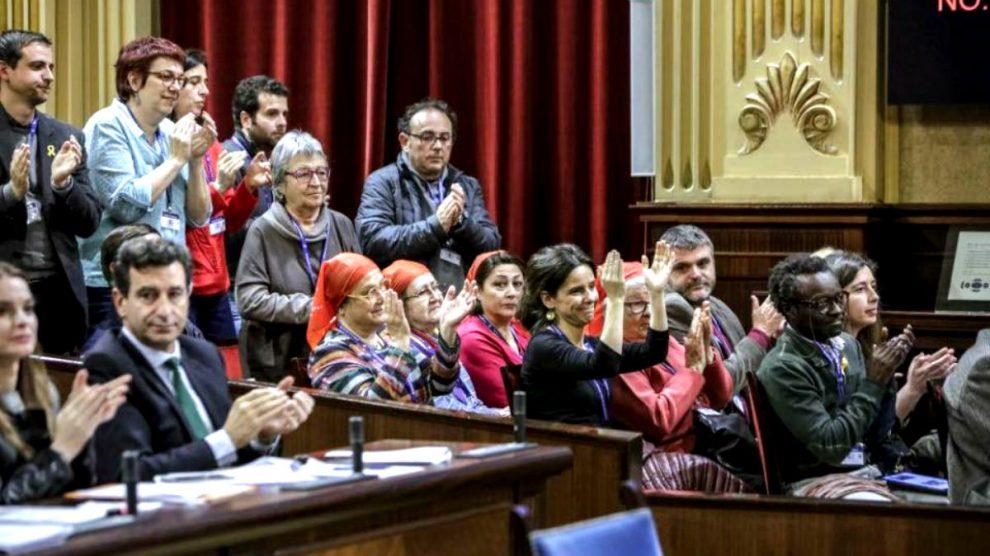El presidente del PP balear, Biel Company, y a su portavoz, Margarita Prohens, aplauden la aprobación de la Ley de Memoria Histórica de Baleares.