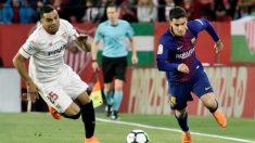 Mercado y Coutinho corren en la disputa del balón (EFE).