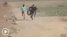 Captura del vídeo en el que se puede ver cómo un joven palestino es abatido por un francotirador por la espalda en Yabalia, cuando huía durante los disturbios ocurridos el viernes en la frontera de la Franja de Gaza.