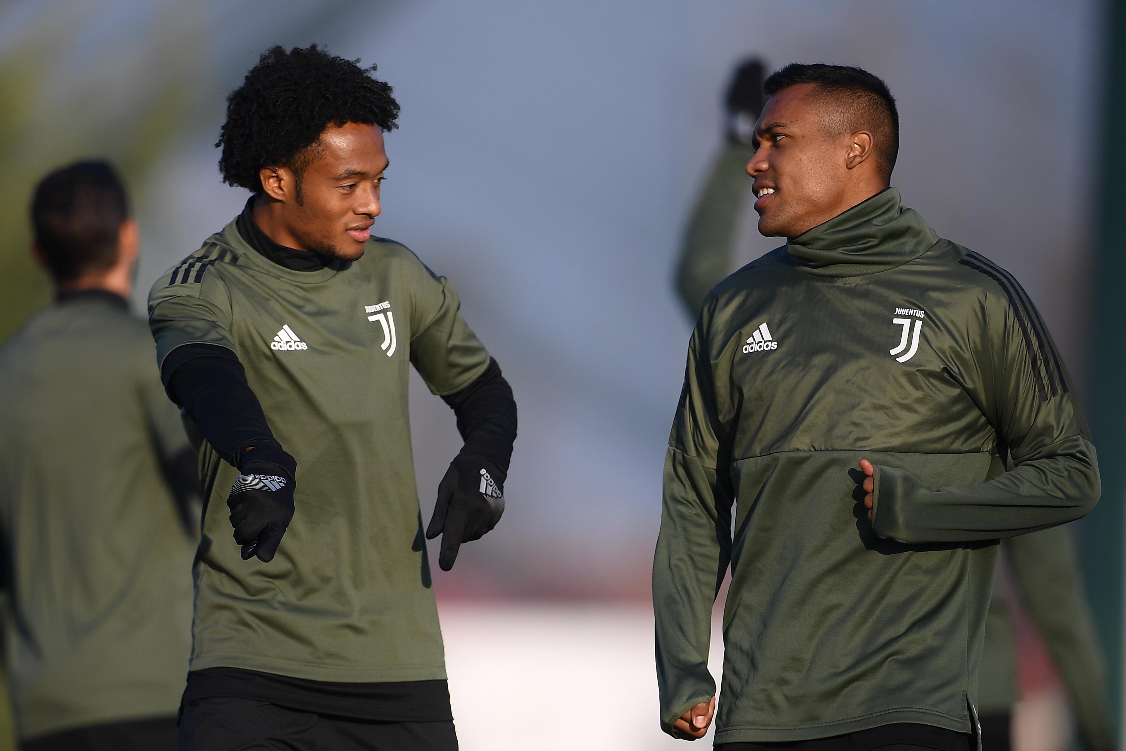 Cuadrado y Alex Sandro hablan durante un entrenamiento con la Juventus. (AFP)