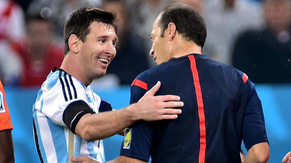Messi bromea con el turco Çakir. (AFP)