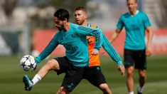 Isco y Sergio Ramos pugnan por un balón en el entrenamiento.